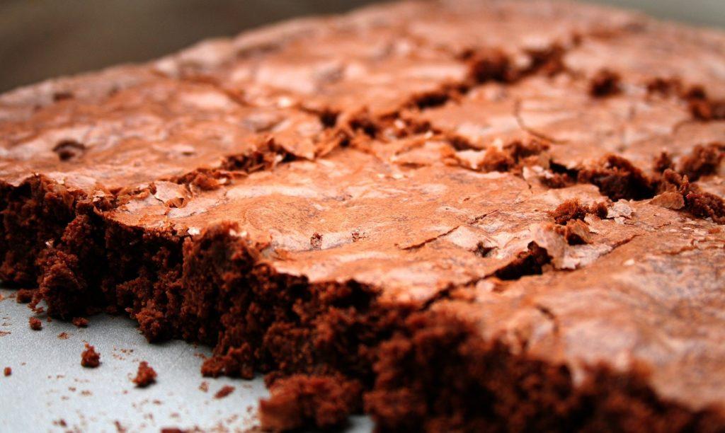 Czekoladowa krówka – ciasto z masą krówkową