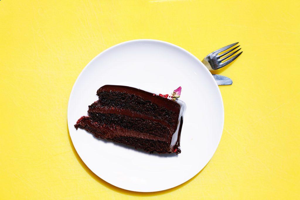 Przepis na szybkie ciasto czekoladowe – gotowe w 60 minut!