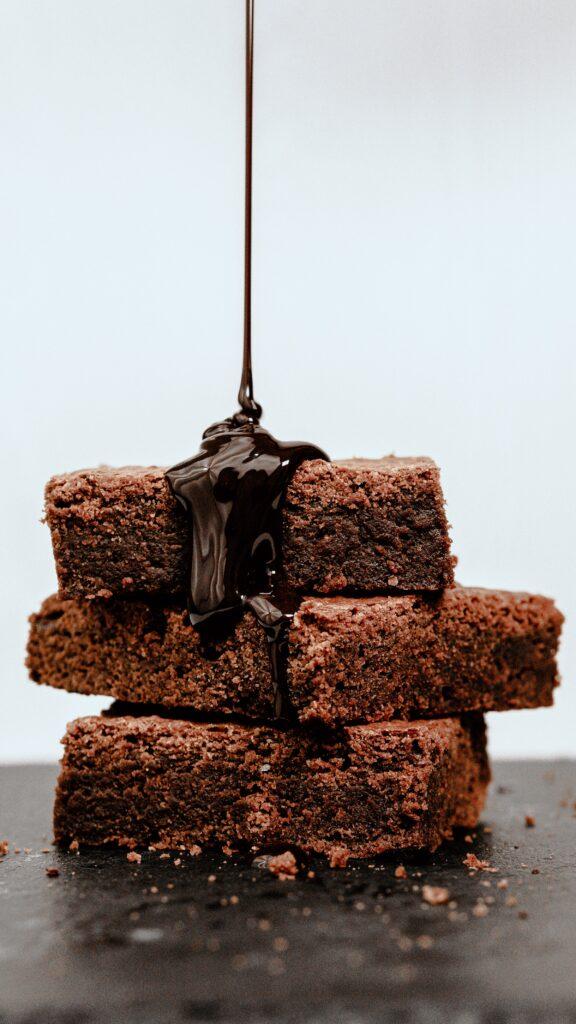Biszkopt czekoladowy z rabarbarem
