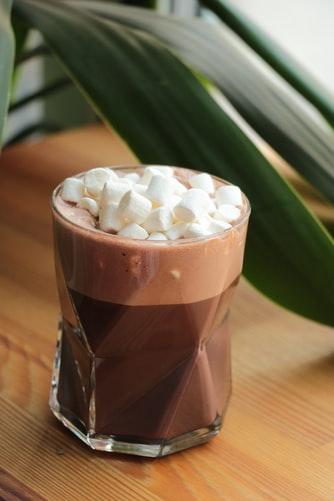 Zachwyć swoich gości – przepis na kawę czekoladowo-malinową