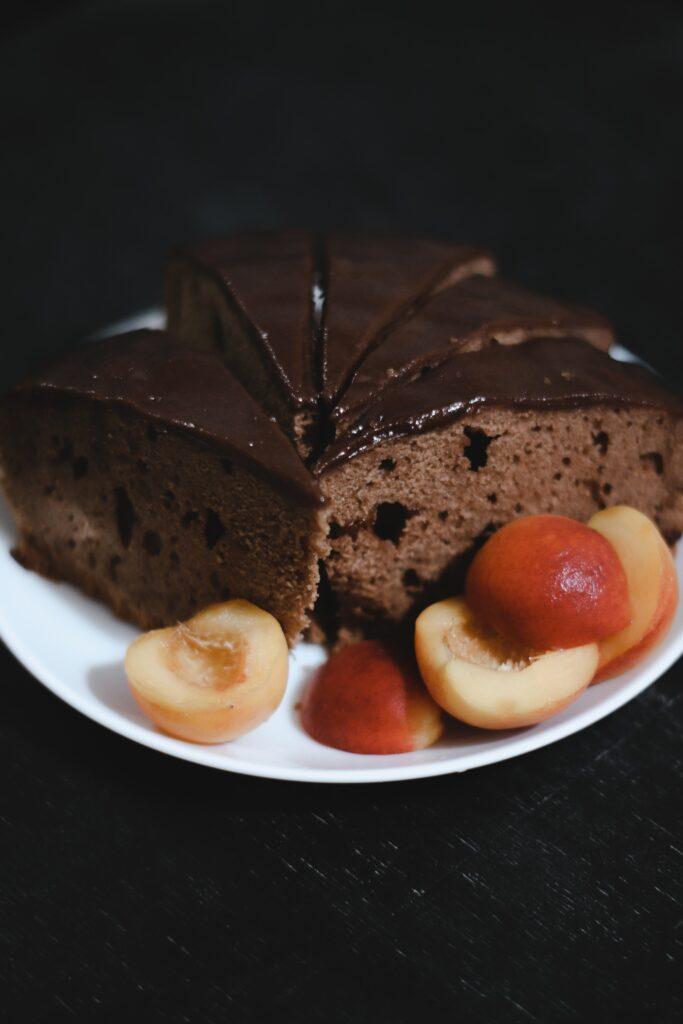 Ciasto czekoladowe z brzoskwiniami i orzechami